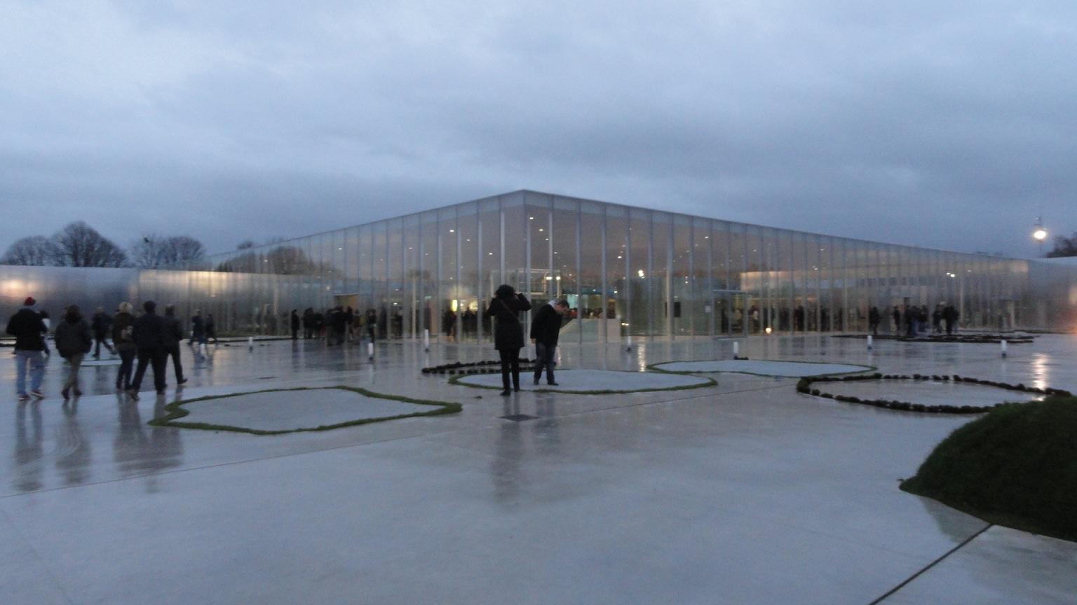 Le Louvre - Lens, extérieur de nuit