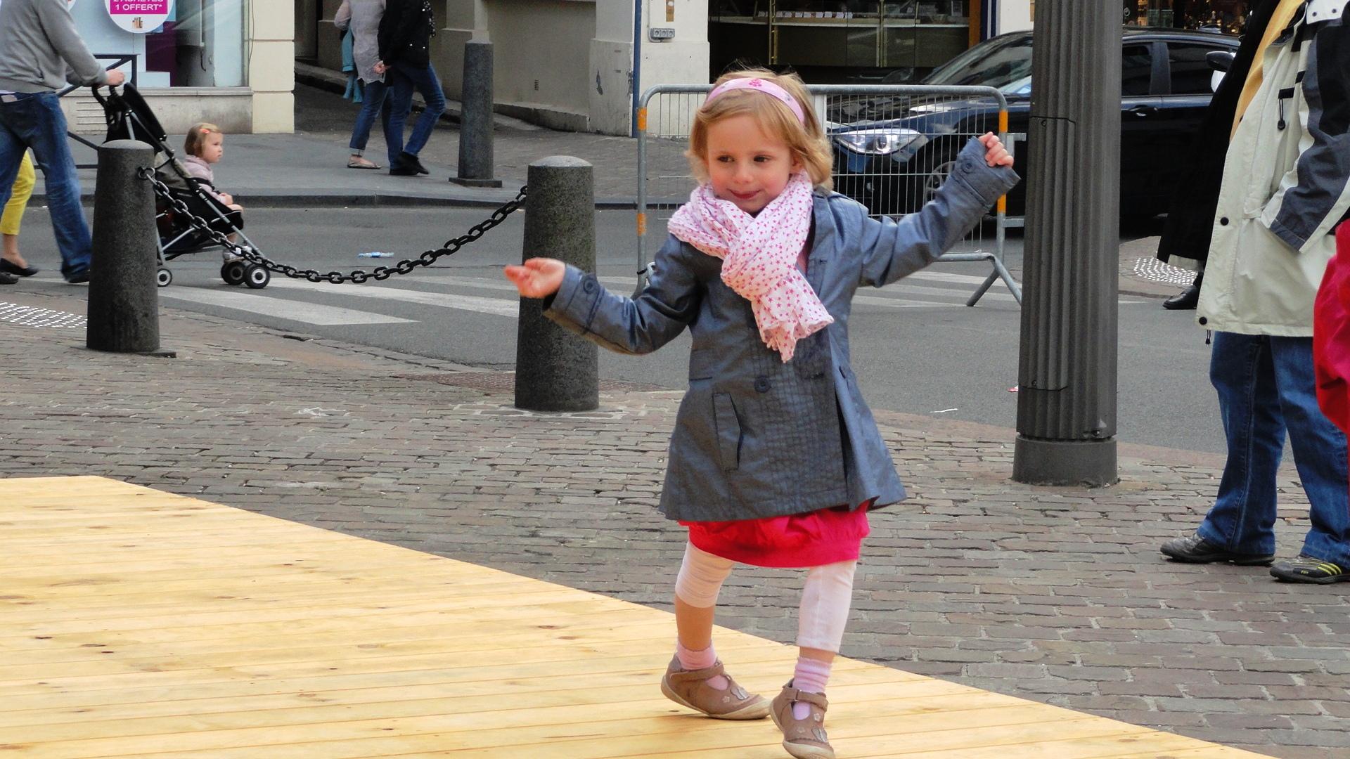 Arras - Place du Théâtre - Faites de la Chanson - Une jeune danseuse