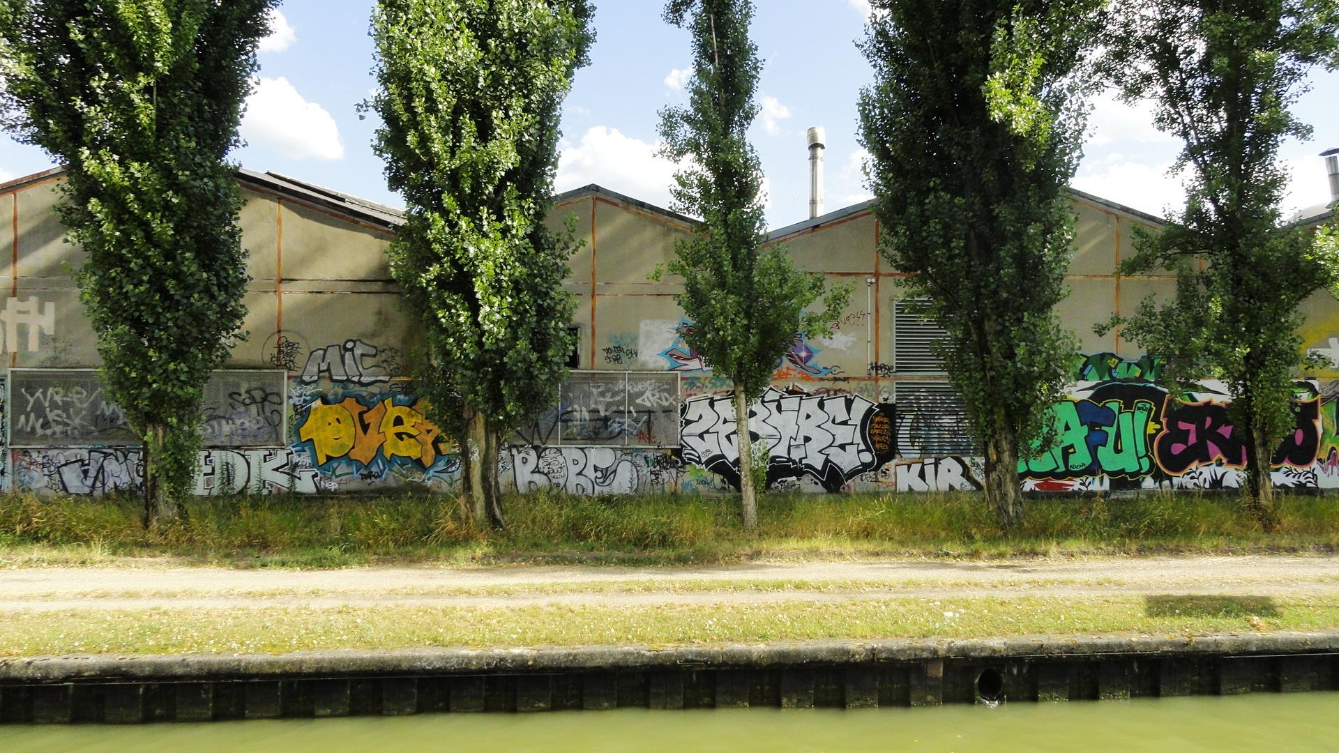 Canal de l'Ourcq, Bobigny - Arrières d'entrepôts graffés
