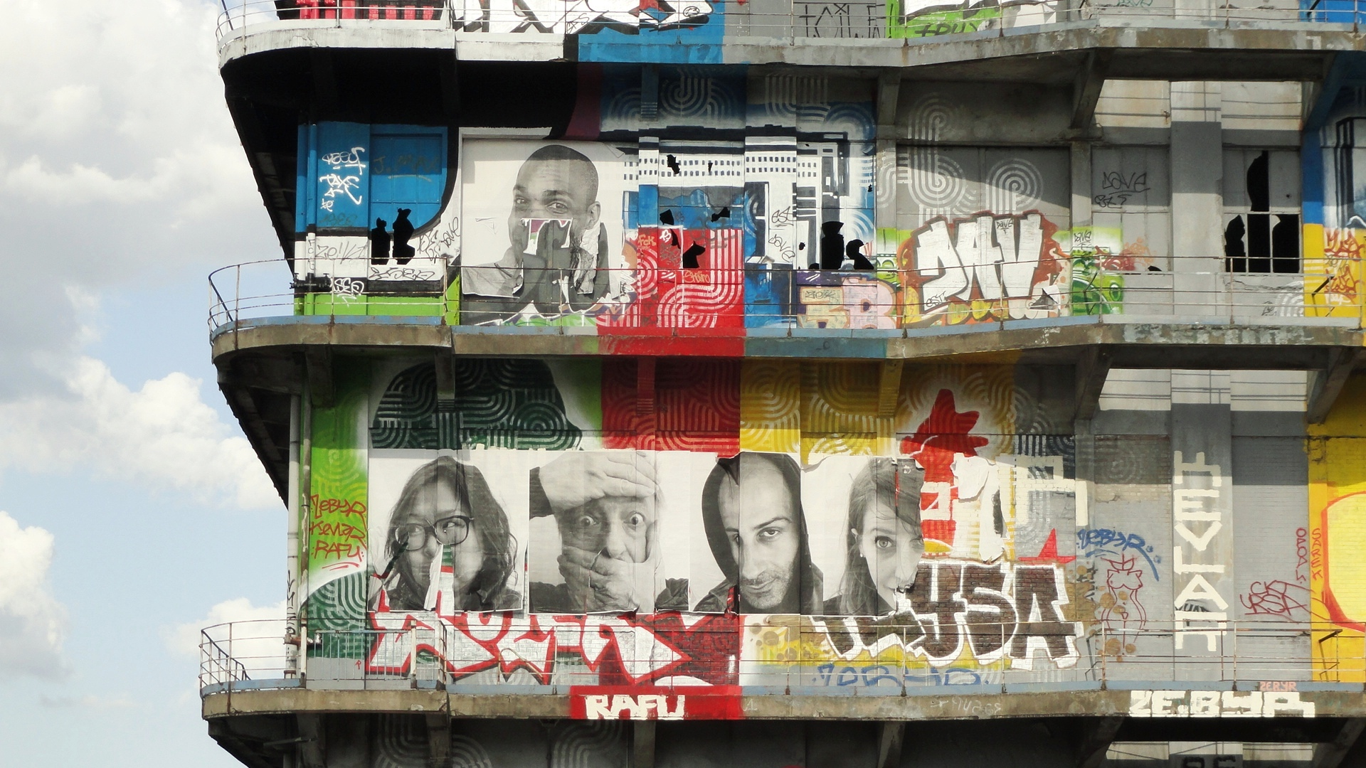 Street art au Bâtiment des Douanes, Pantin - Collages de JR