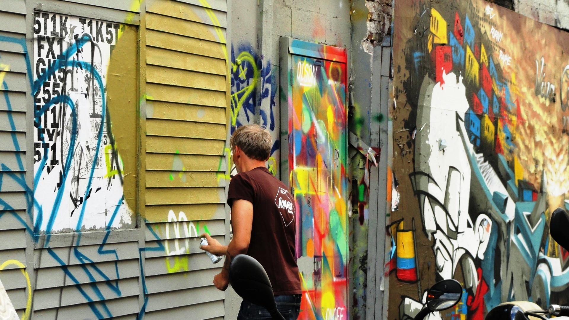 Promenade dans Montmarte - croisement rue des Trois Frères / rue La Vieuville - Graffeur en plein travail