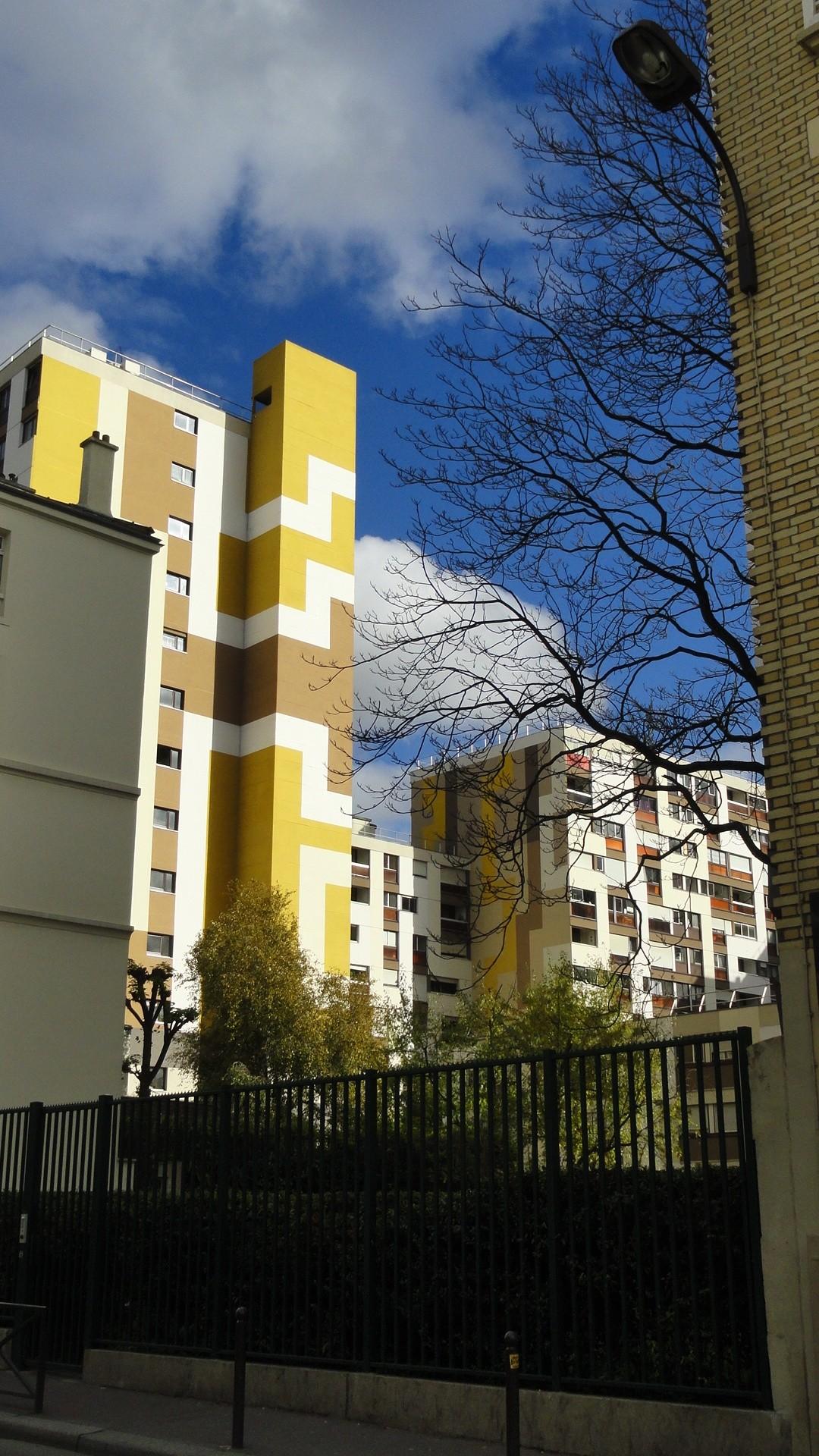 Rue de Bagnolet - Vue sur un immeuble coloré