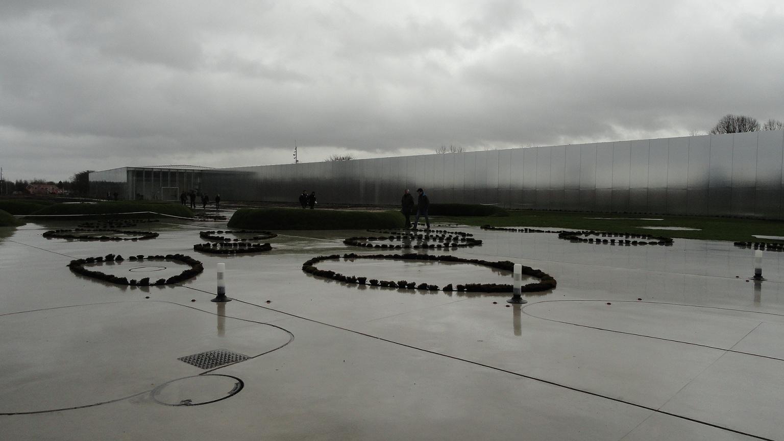 Le Louvre - Lens, extérieur sous la pluie