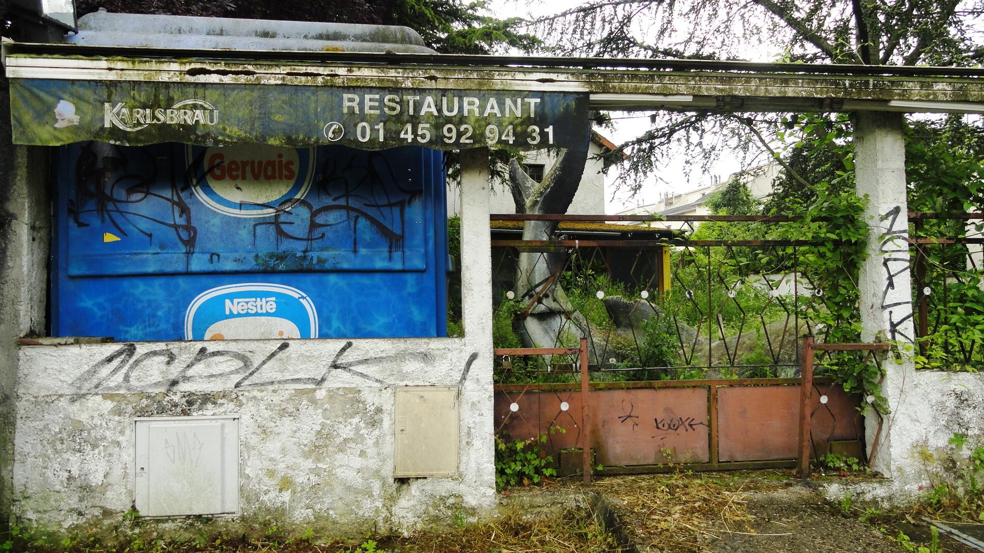 Berges de Marne - Ancien restaurant et sculpture de requin (?)