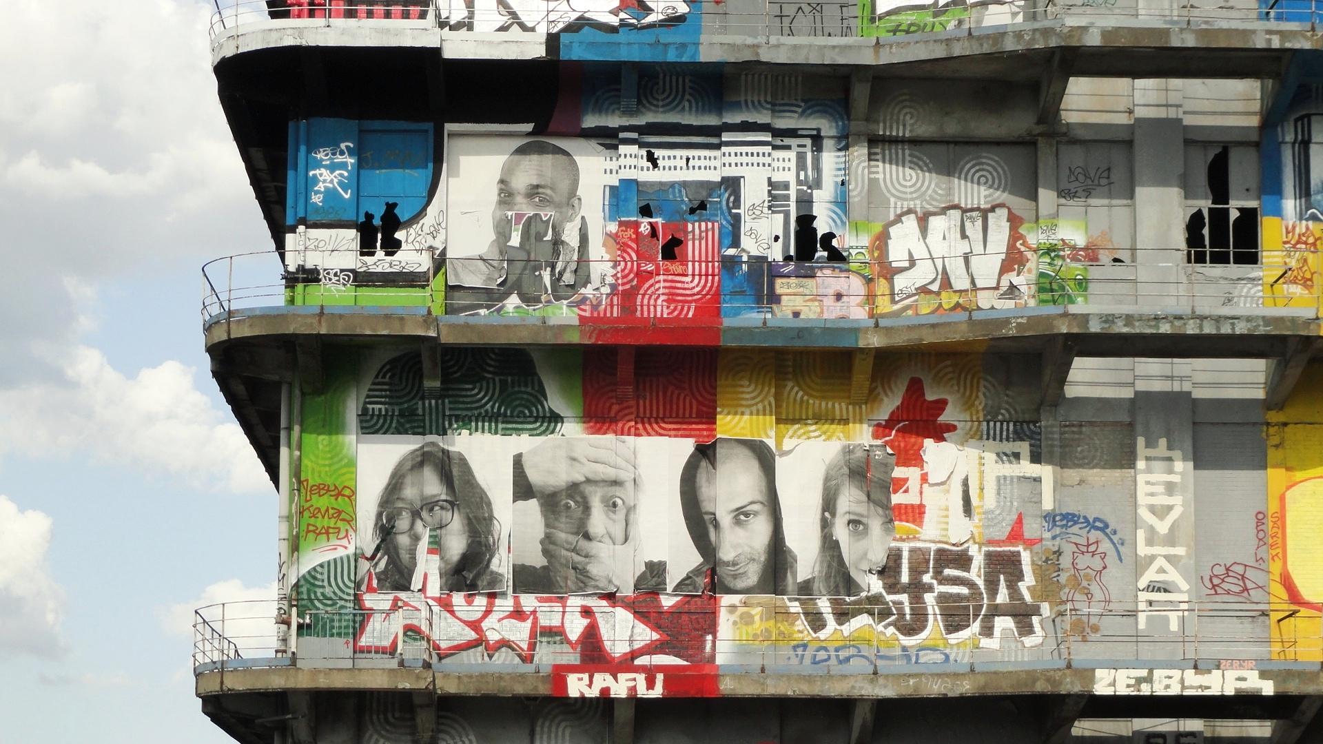 Street art au Bâtiment des Douanes, Pantin - Collages de JR