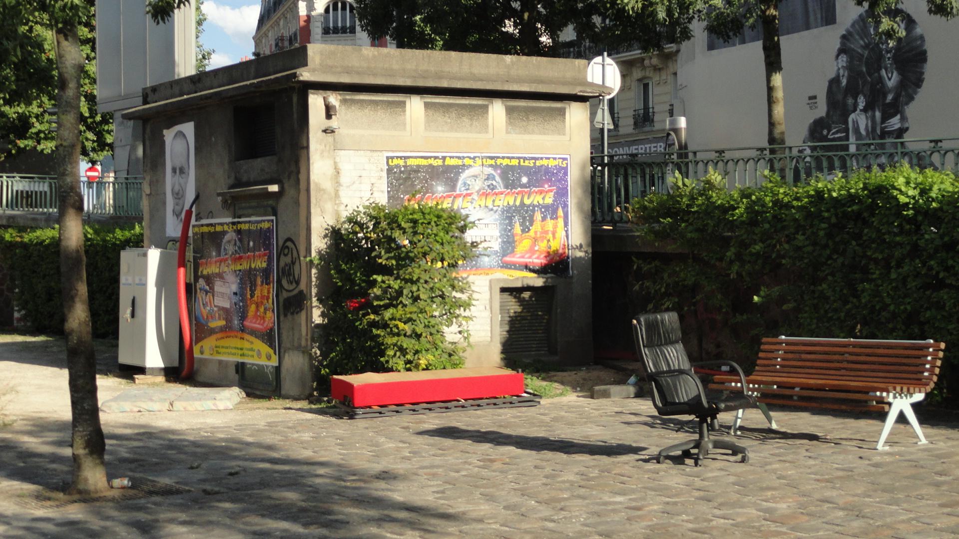 Pantin, le long du canal de l'Ourcq - Publicité et collage de JR sur un poste tranformateur