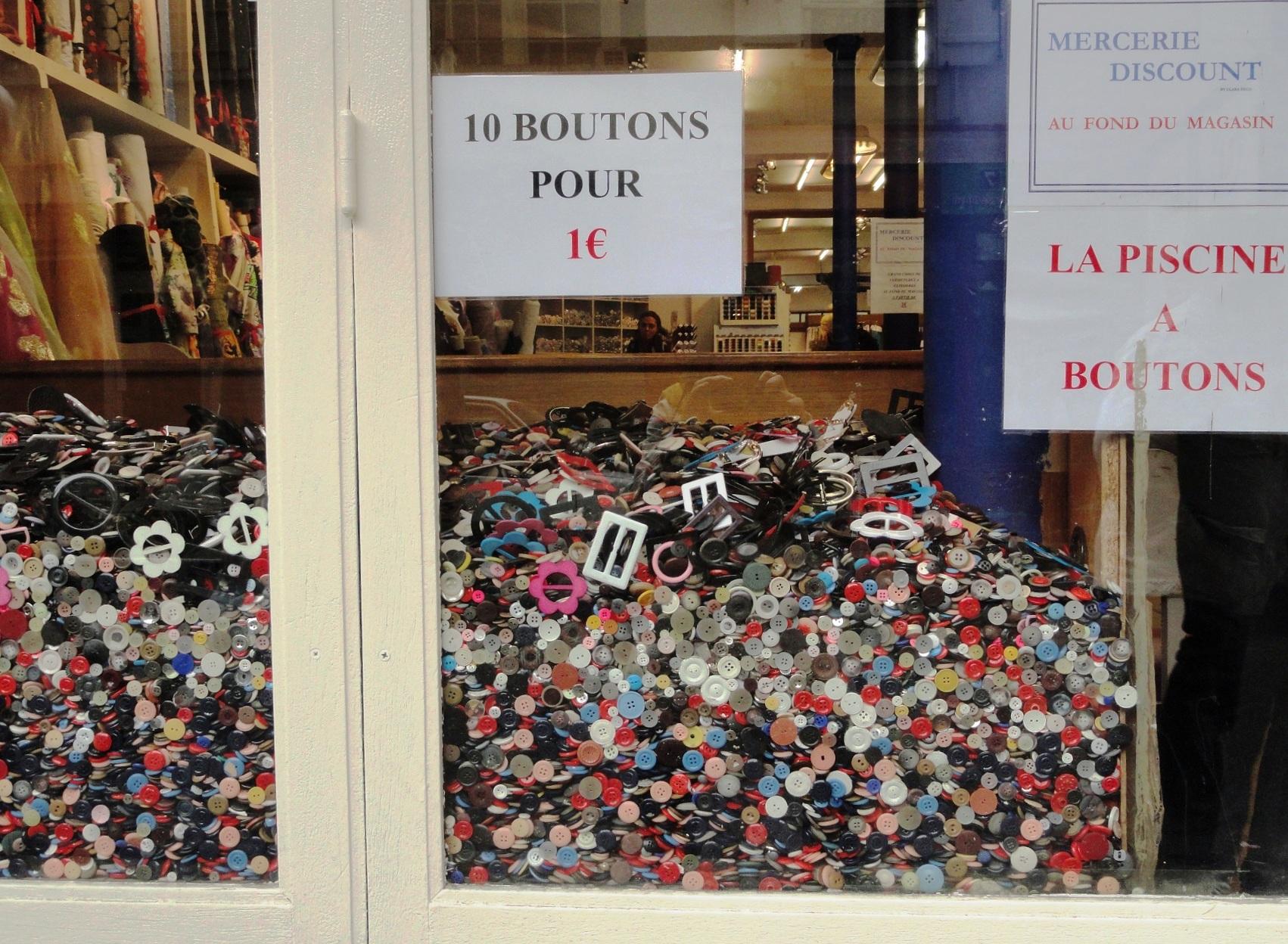 Marché Saint Pierre, Paris 18e - Piscine de boutons